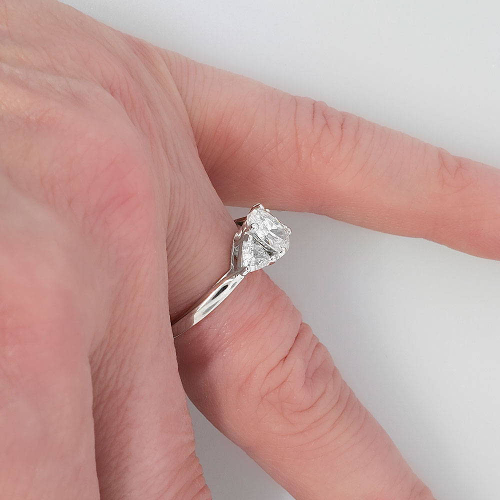 Your unforgettable wedding: Oval engagement rings with trillions
